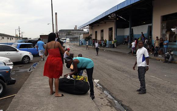 Algunas personas prefieren esperar afuera de la terminal por la poca disponibilidad de asientos. Foto: Ismael Francisco/Cubadebate.