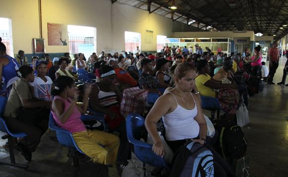 Miles de pasajeros esperan cada día para viajar a sus provincias sin tener certeza de su hora de partida.Foto: Ismael Francisco/Cubadebate.