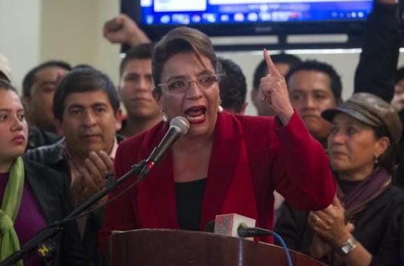 La excandidata Xiomara Castro, de izquierda, dijo este viernes que no reconoce los resultados de las elecciones presidenciales hondureñas que dan por ganador al candidato del Partido Nacional, Juan Orlando Hernández. (EFE)