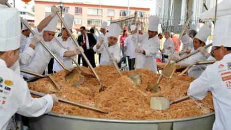 Costa Rica, febrero de 2012. 52 chefs costarriqueños establecieron el récord mundial de cantidad de arroz cantonés frito. Prepararon 1.360 kilos de este plato, suficiente para alimentar a más de 7.000 personas. Foto: AFP EZEQUIEL BECERRA