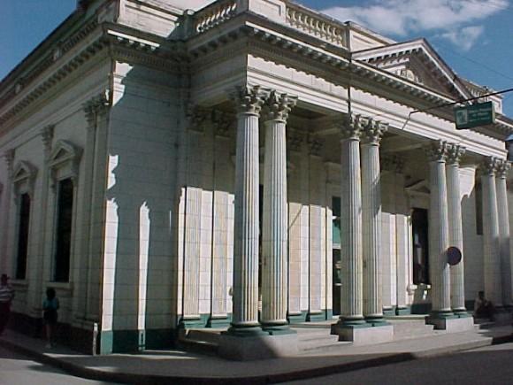 Banco de la calle Salvador Cisneros en Camagüey