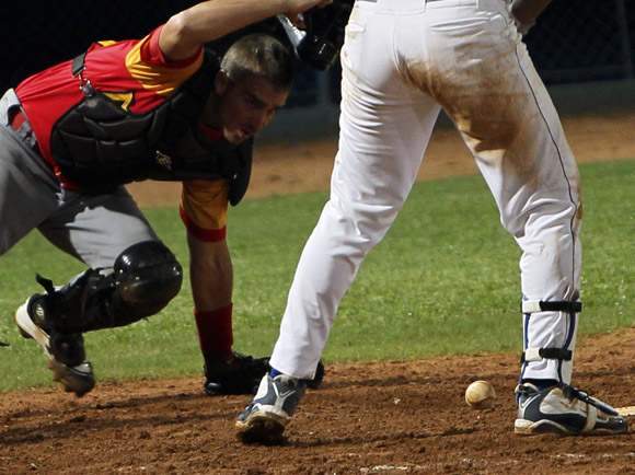 EL receptor matancero tras la bola.  Foto: Ismael Francisco/Cubadebate.