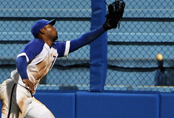 Tomás no puede atrapar esta bola en el 9no.  Foto: Ismael Francisco/Cubadebate.