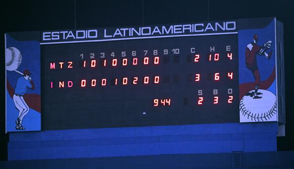 3 y 2 bases llenas.  Foto: Ismael Francisco/Cubadebate.
