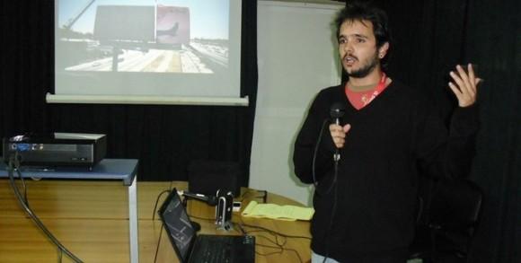 David Vázquez Abella durante la Conferencia de redes sociales impartida en Holguín. Foto: Luis Ernesto Ruiz Martínez.