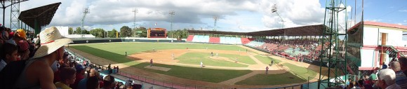 Vista panorámica del estadio Julio Antonio Mella de las Tunas donde se celebraba el encuentro entre avispas y leñadores... Foto: DPalomino