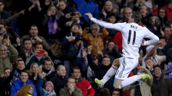 Gareth Bale puso el primer gol de tiro libre en una cancha del Bernabéu que mostró su apoyo a Ronaldo tras la lesión sufrida (AFP).