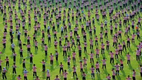 Bangkok, Tailandia, febrero de 2013. 4.483 tailandeses hicieron girar sus aros 'hula-hoop' simultáneamente durante siete minutos, lo que constituye el récord Guinness de esta 'disciplina'. Foto: Corbis