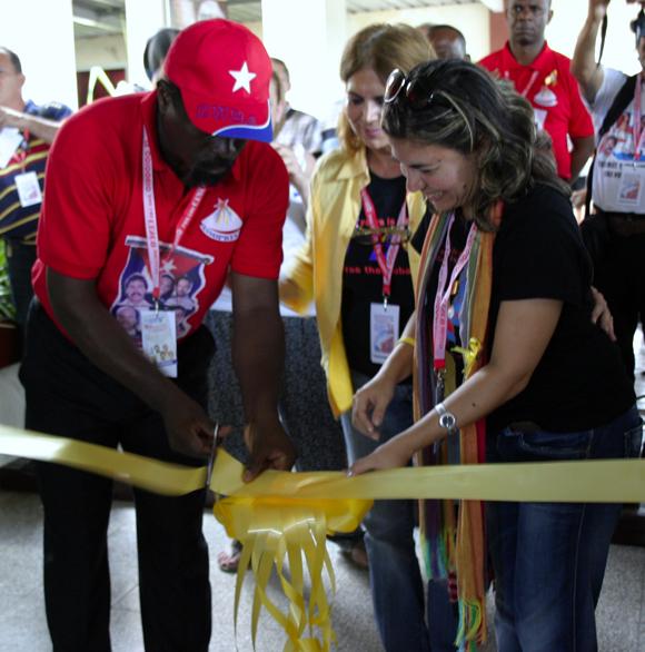 Kenia Serrano, presidenta del Instituto Cubano de Amistad con los Pueblos (ICAP), y Fernando Jaime, representante del Movimiento Popular de Liberación de Angola (MPLA) inauguraron la exposición. Foto: Daylén Vega / Cubadebate