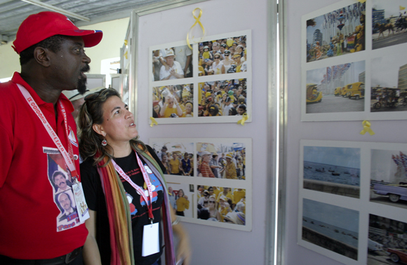 Kenia Serrano, presidenta del ICAP junto a Fernando Jaime, representante del Movimiento Popular de Liberación de Angola.  Foto: Daylén Vega / Cubadebate.