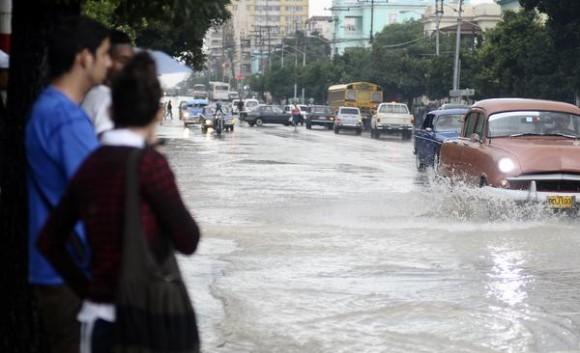La Habana ha vivido más de 24 horas de continuas y fuertes lluvias que ha provocado inundaciones y algunos derrumbes.  AIN FOTO/Tony HERNÁNDEZ MENA