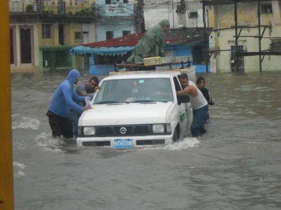 La Habana ha vivido más de 24 horas de continuas y fuertes lluvias que ha provocado inundaciones y algunos derrumbes.  Foto: Julián Andrés Gutiérrez Marín, tomada de Facebook