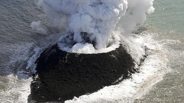 Las imágenes muestran una columna de humo blanco de unos 600 metros que se une con una nube de ceniza negra provocada por las violentas explosiones generadas en el interior del volcán. Foto: Reuters.