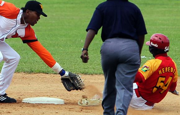 Primera jugada polémica del Campeonato. Foto: Ismael Francisco/Cubadebate.