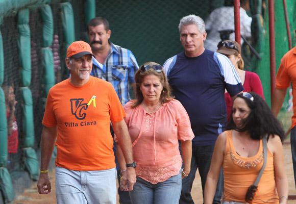 Presidieron la inauguración de la 53 Serie Nacional de Béisbol Miguel Díaz-Canel, Primer Vicepresidente cubano y René González, Héroe de la República de Cuba. Foto: Ismael Francisco/Cubadebate.