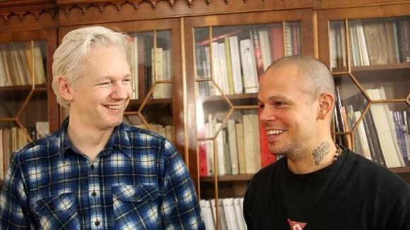 El fundador de WikiLeaks Julian Assange habla con René Pérez Joglar músico, más conocido como Residente, durante una sesión de composición en la embajada de Ecuador en junio. Fuente: AP