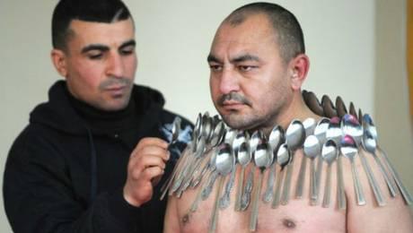 Tiflis, Georgia, diciembre de 2011. El récord Guinness mundial de mayor número de cucharas en un cuerpo humano pertenece a Etibar Elchíyev, que logró colgar de su cuerpo 50 cucharas de metal magnetizado. Foto: AFP Vano Shlamov