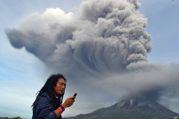 Al calor de la fumarola del volcán. Foto: AFP.