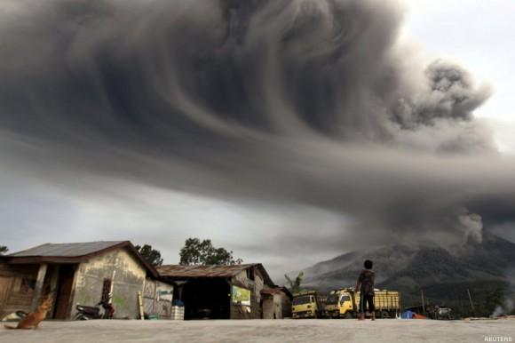 Erupción de ceniza. Foto: Reuters.