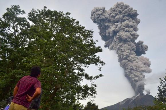 Vista de la nube que continúa saliendo del volcán Sinabung. Foto: AFP.