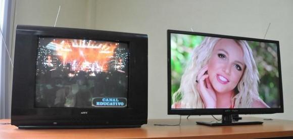 Primer Televisor digital integrado LCD-LEC, presentado durante la Decimotercera Semana Tecnológica, en la Escuela de Correos de Cuba, en La Habana. Foto: Marcelino Vázquez / AIN.