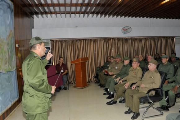 Visitó Raúl el Consejo de Defensa Provincial de Artemisa. Foto: Estudios Revolución