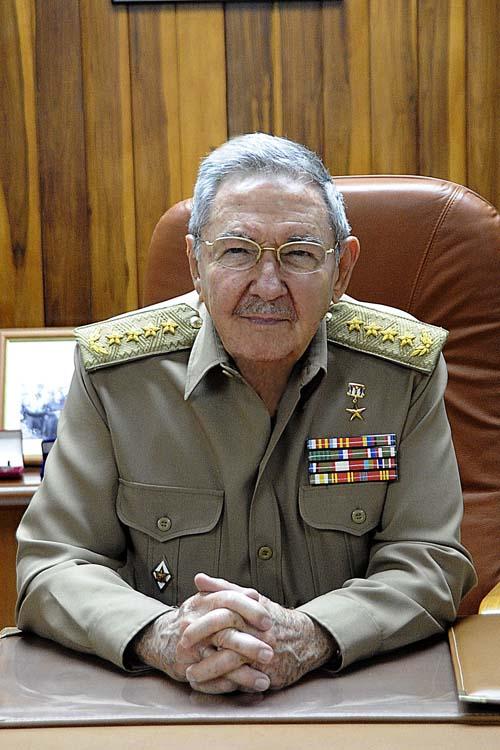 Raúl Castro ordena el inicio del Bastión. Foto: Estudios Revolución