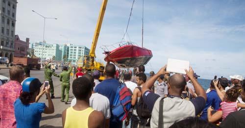 Rescate de una joven en el Malecón, así como de la embarcación de la Brigada de Rescate y Salvamento del Cuerpo de Bomberos del MININT. Foto: José Manuel Hernández Beneyto