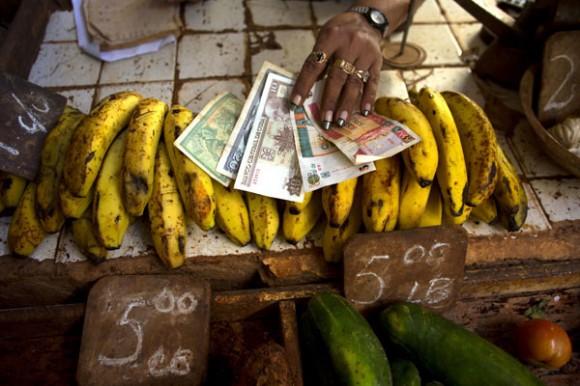 Cuba elimina sistema de dualidad monetaria una de las mayores distorsiones en su economía. Foto: AP.