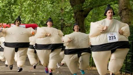 Londres, Reino Unido, junio de 2010. En el parque de Battersea, un grupo de corredores británicos disfrazados con trajes de sumo hinchables establecieron un nuevo récord mundial: el del mayor maratón en traje de sumo. Foto: AFP LEON NEAL