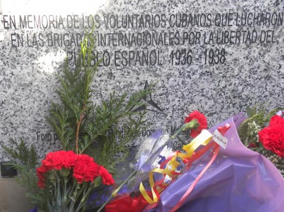 Tarja develada hoy en el cementerio de Fuencarral de Madrid  en honor a los mil 412 cubanos que lucharon por la libertad durante la Guerra Civil. Española. Foto: Embajada de Cuba en España