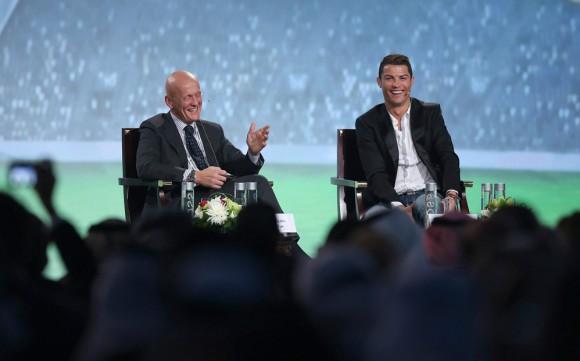 El ex árbitro italiano Pierluigi Colina habla con el delantero del Madrid durante la Conferencia Internacional del Deporte de Dubai. Foto: EFE