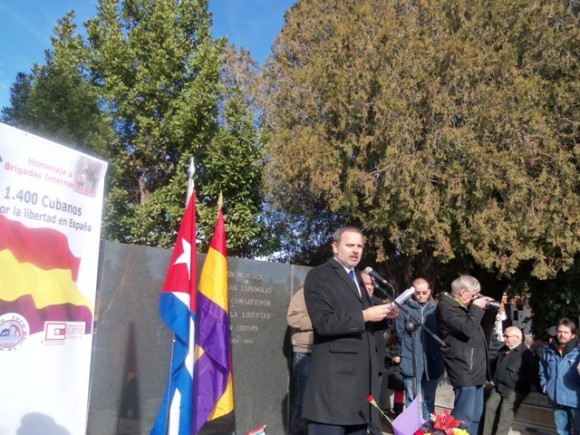El embajador cubano Eugenio Martínez habla en el acto homenaje a los internacionalistas cubanos en la Guerra Civil Española. Foto: Embajada Cubana en España