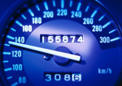 Donald Campbell -conocido por batir récords mundiales de velocidad y adicto a la adrenalina- el 8 septiembre 1960 trató de establecer una nueva marca de velocidad en tierra en su coche famoso Bluebird. Al alcanzar una velocidad de 360 millas por hora (580 km/h) perdió el control de su vehículo que dio la vuelta en el aire y se estrelló contra el suelo. Por una feliz coincidencia, el accidente dejó a Campbell vivo con unos rasguños, magulladuras y una pequeña fisura en el cráneo.
