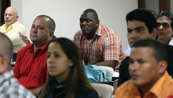 Mijaín López durante los debates de la comisión de Salud y Deporte. Foto: Ladyrene Pérez/Cubadebate.