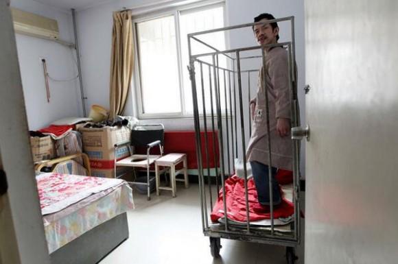 ha mantenido a su hijo encerrado en una jaula desde entonces con el fin de protegerlo.