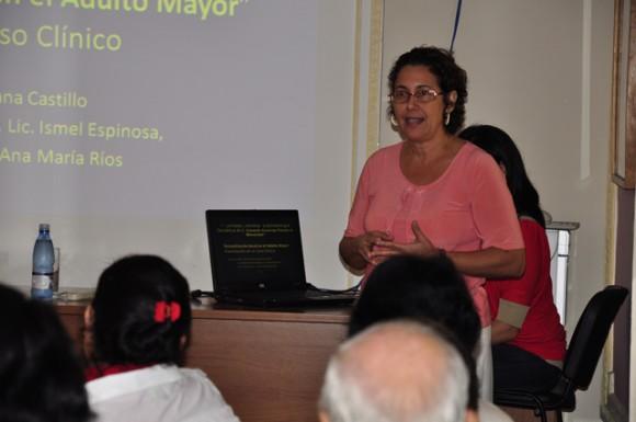 Dr. Maritzabel Quintana expone  sobre la rehabilitación bucal en el adulto mayor. Foto: Roberto Garaicoa Martínez/Cubadebate