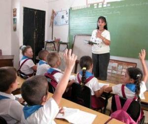 Ministra de Educación felicita a los maestros cubanos en su día