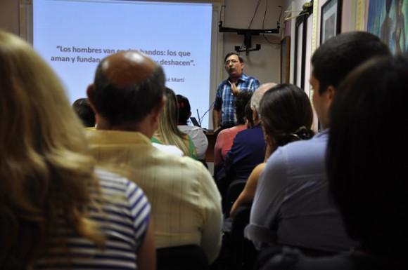 El Dr. Glez Santos durante su exposición. Foto: Roberto Garaicoa Martínez/Cubadebate