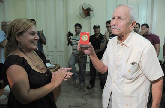 Elio Menéndez al recibir la Medalla Conmemorativa 50 años de la UPEC. Foto: Archivo de Cubaperiodista.cu.