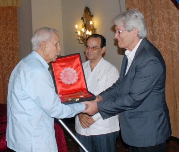 Elio Menéndez (izquierda) recibió el premio de manos de Enrique Montesinos, vicepresidente primero de AIPS América y presidente del Círculo Especializado de Periodistas Deportivos. Autor: Juan Moreno