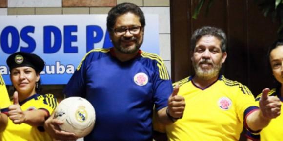 """""""Iván Márquez"""" y otros delegados de las FARC en La Habana visten la camiseta de la Selección. Foto: Tomado de www.pazfarc-ep.org"""