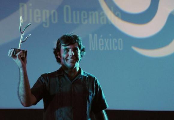 Diego Quemada, director del filme La Jaula de Oro (México), recibe el Premio Especial del Jurado, correspondiente al 35 Festival Internacional del Nuevo Cine Latinoamericano, efectuado en el cine Charles Chaplin, en La Habana, Cuba, el 15 de diciembre de 2013.   AIN FOTO/Omara GARCÍA MEDEROS
