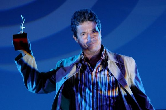 Luis Reneses, recibe el Premio Coral por el filme Seré asesinado, de Justin Webster, de Gran Bretaña, como mejor obra sobre Latinoamérica de un realizador no latinoamericano, correspondiente al 35 Festival Internacional del Nuevo Cine Latinoamericano, efectuado en el cine Charles Chaplin, en La Habana, Cuba, el 15 de diciembre de 2013.  AIN FOTO/Omara GARCÍA MEDEROS