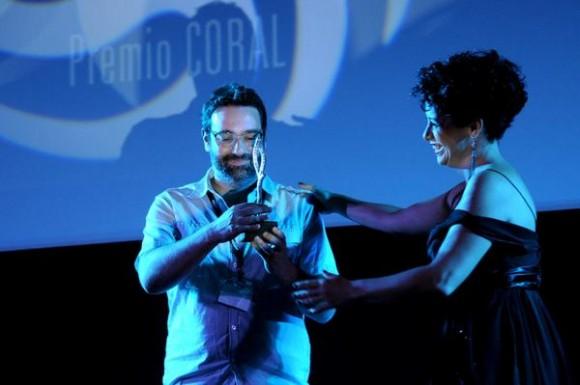 La actriz cubana Laura de la Uz, hace entrega del Premio Coral de guión inédito por el filme Pacto, de Pedro Miguel Rozo Flórez, de Colombia a Nicolás Ordoñez, en ceremonia correspondiente al 35 Festival Internacional del Nuevo Cine Latinoamericano, efectuado en el cine Charles Chaplin, en La Habana, Cuba, el 15 de diciembre de 2013.   AIN FOTO/Omara GARCÍA MEDEROS