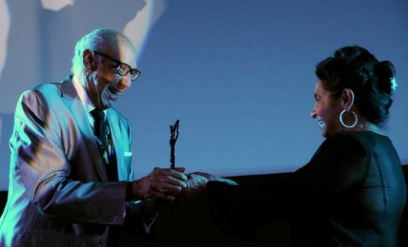 El actor cubano Reynaldo Miravalles, recibe de manos de la actriz Deysi Granados, el Premio de Honor, correspondiente al 35 Festival Internacional del Nuevo Cine Latinoamericano, efectuado en el cine Charles Chaplin, en La Habana, Cuba, el 15 de diciembre de 2013.   AIN FOTO/Omara GARCÍA MEDEROS