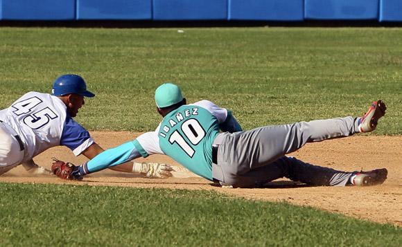 Frank Camilo es puesto out en segunda base. Foto: Ladyrene Pérez/Cubadebate.