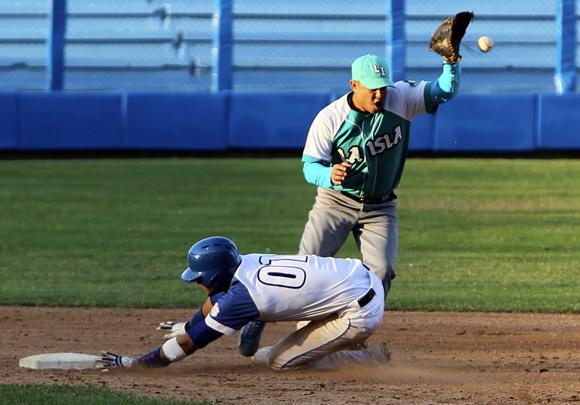 Yuliesky llega quieto a segunda base. Foto: Ladyrene Pérez/Cubadebate.