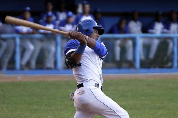 Wilfredo Aroche, emergente por Correa, falló en en el 8vo inning con las bases llenas. Foto: Ladyrene Pérez/Cubadebate.
