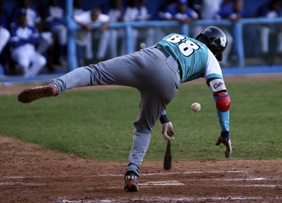 Luis Felipe Rivera recibió un fuerte pelotazo. Foto: Ladyrene Pérez/Cubadebate.